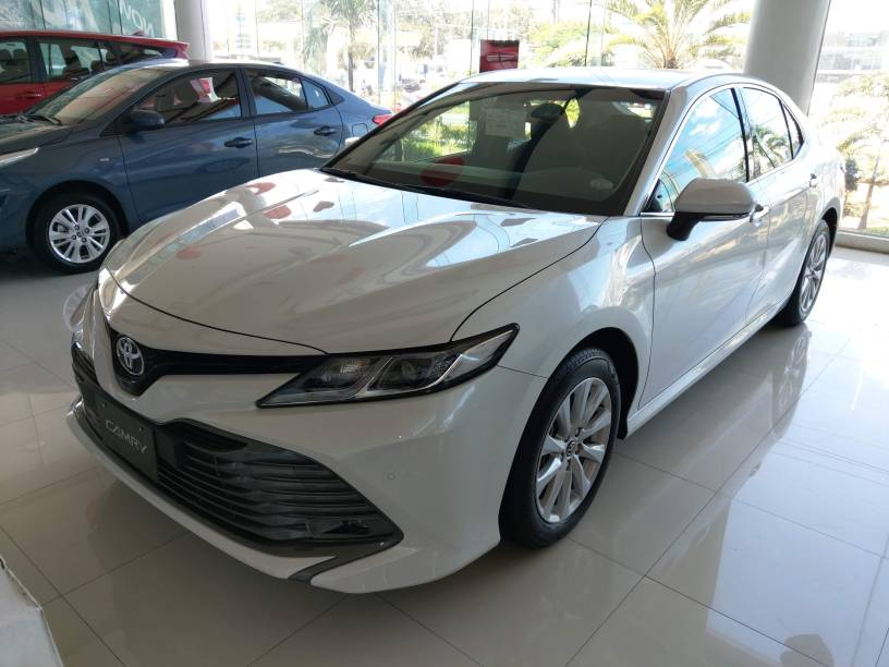 Toyota Camry - White Pearl